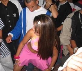 """El perreo, tipico baile en las discotecas... tambien conocido como baile del """"sexo con ropa"""""""