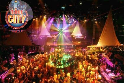 """Dice la leyenda promocional: """"La vida nocturna de Cancún tiene un gran número de discotecas, centros nocturnos y bares; es un sello distintivo en este destino, pues las noches en este paraíso siempre son vibrantes. Las noches están llenas de un ambiente divertido en discotecas de fama mundial, con lo más moderno en música, famosos DJ's, sofisticados equipos de luces y sonido. En Cancún, el visitante experimenta deliciosos sabores en un marco de bellezas incomparables y con todas las comodidades al alcance. La noche se vuelve una explosión de colores, sonidos, movimiento y sorpresas espectaculares"""""""