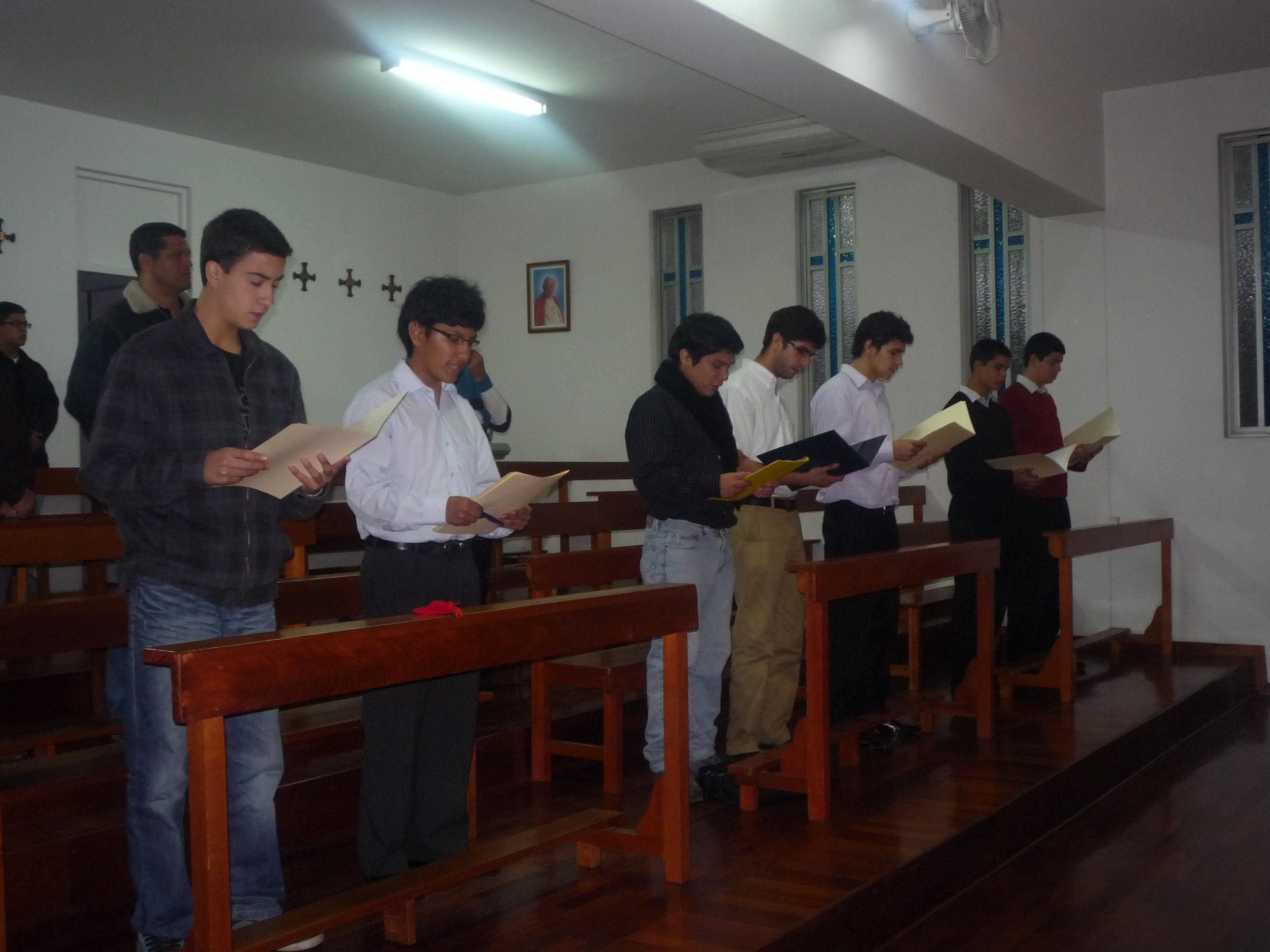 Jóvenes hombres haciendo la promesa de castidad