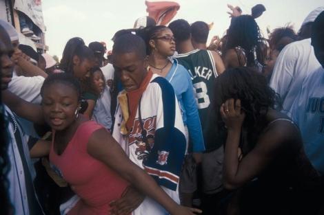 Jóvenes bailando reggaetón en las calles de Cuba