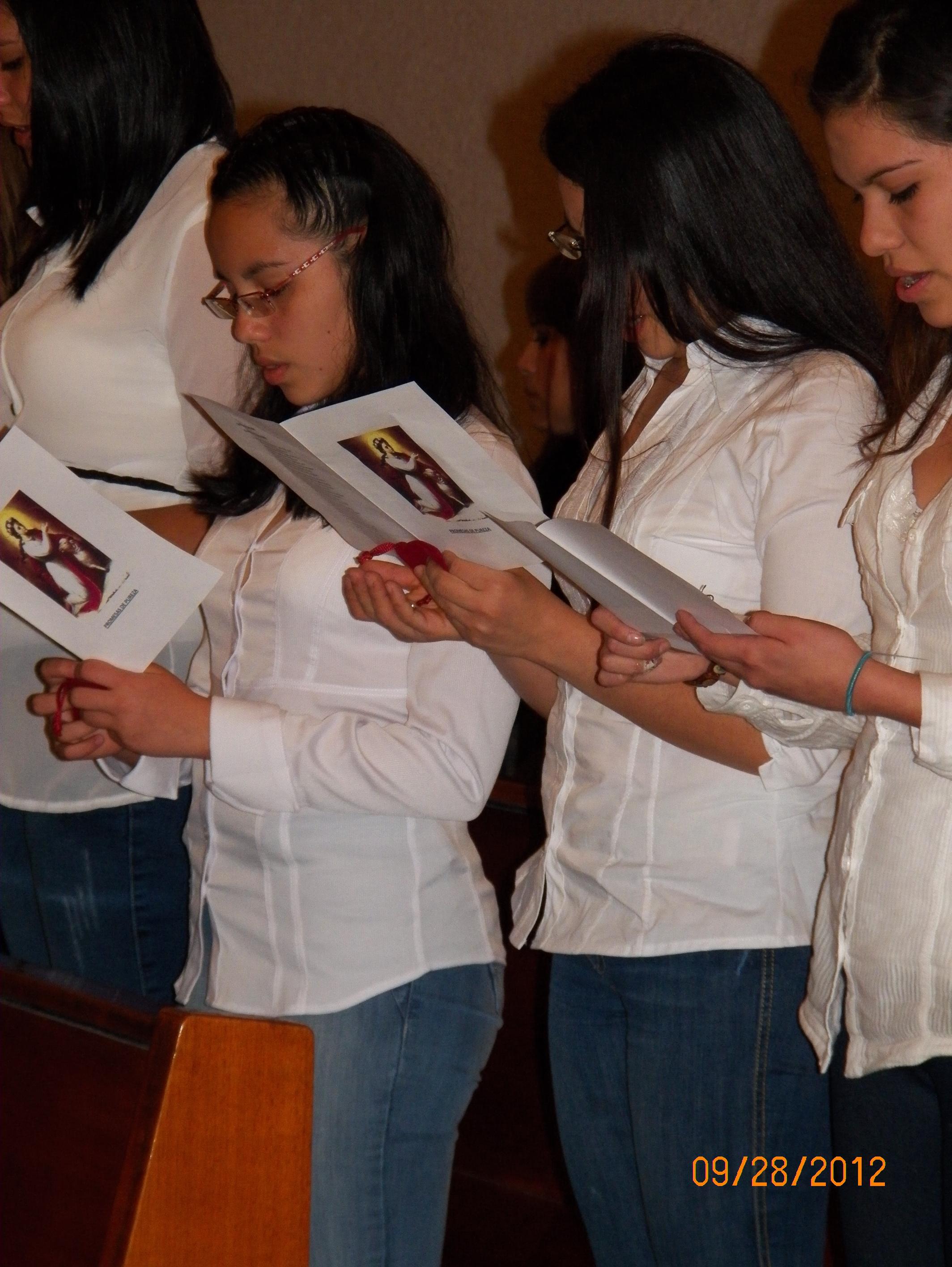 Jóvenes mujeres realizando una promesa de castidad