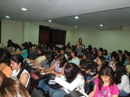 Carla Merino con las chicas que asistieron al Taller en Lima, enero del 2013.