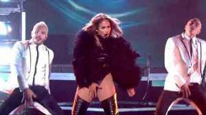 Escenas como estas se empiezan a volver comunes entre las estrellas... Miley ahora sigue el camino de Jennifer López y de otras que la anteceden