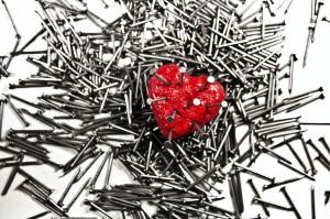 corazon con clavos